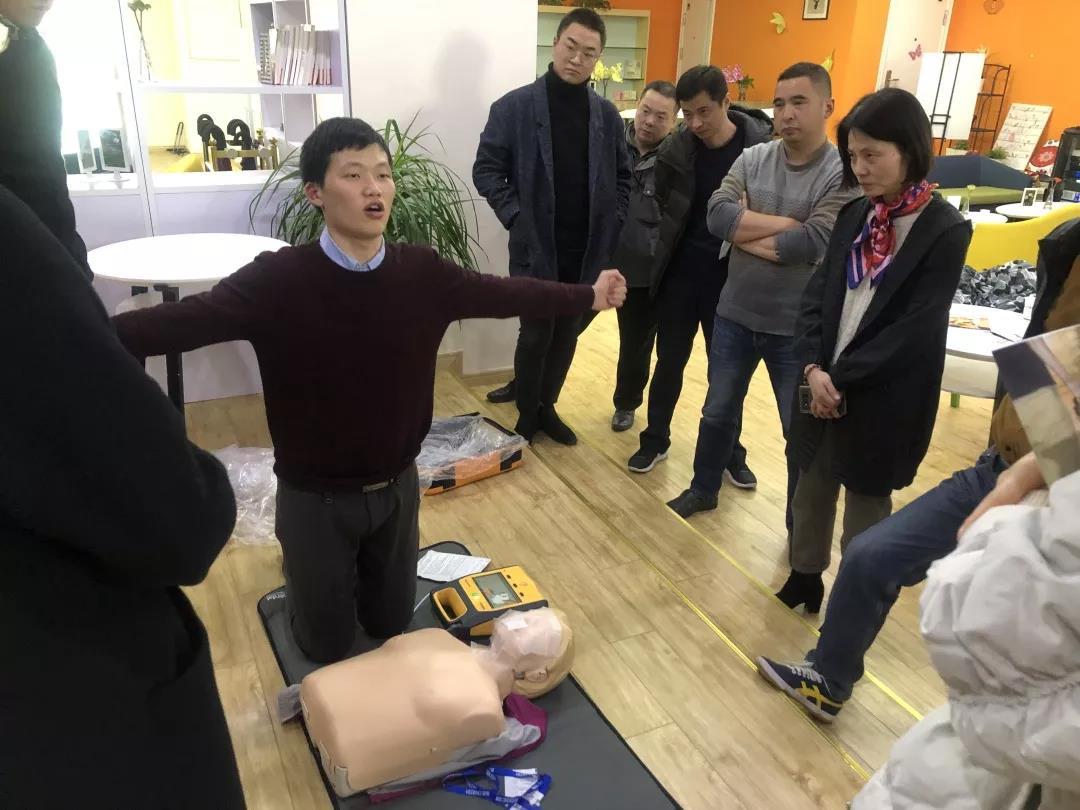 贝登医疗AED急救联盟事业部市场经理刘兴龙示范AED的使用